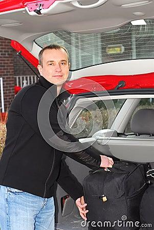 Bagagli dell automobile dell uomo
