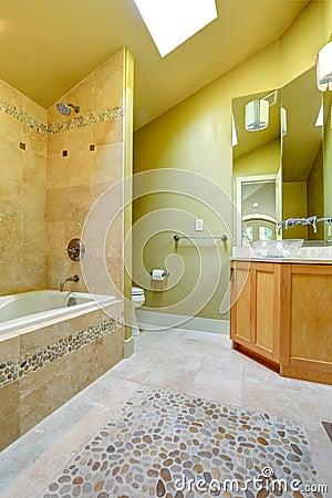 verde. La vista della vasca da bagno con le mattonelle e la pietra ...