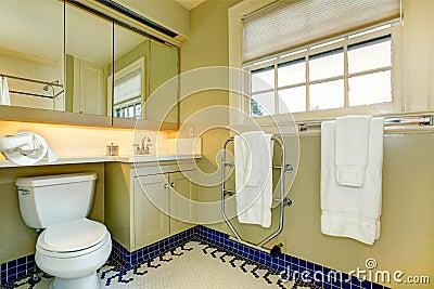 Bagno giallo luminoso con la pavimentazione in piastrelle - Stock piastrelle bagno ...