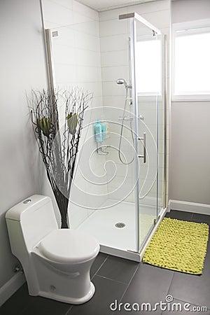 Bagno moderno con la vasca e la doccia rotonde fotografia stock ...