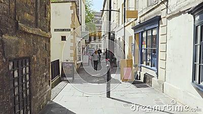 Bagno, Regno Unito - 13 maggio 2019: POV che cammina le vie del centro della città del bagno, destinazione turistica famosa, Unes stock footage