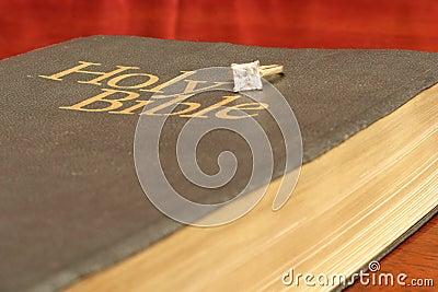 Bague de fiançailles sur la bible