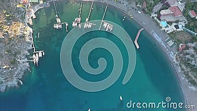 Baie pittoresque avec des mouillages pour les yachts Vue supérieure depuis le drone clips vidéos