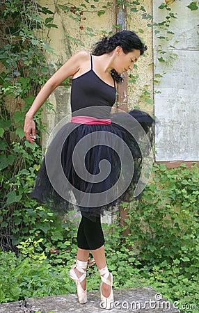 Bailarín de ballet de sexo femenino hermoso