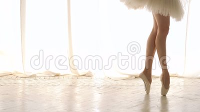 A bailarina ensaia no pointe video estoque