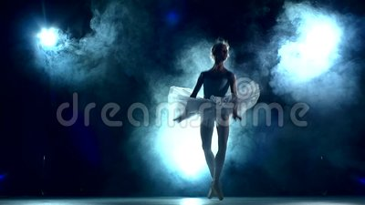 Bailarina que hace un entrenamiento en la sala de clase, lenta