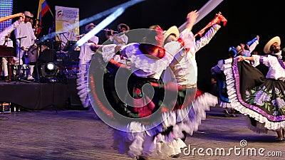 Bailarines colombianos jovenes en traje tradicional
