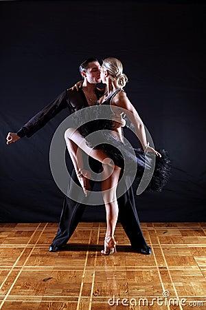 Bailarines en salón de baile