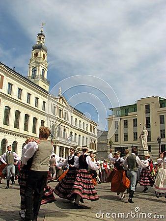 Bailarines populares en la Riga Imagen editorial