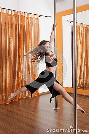 Bailarín de poste en el vuelo en el aire