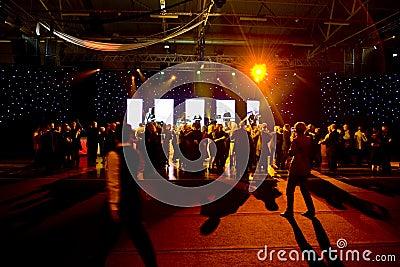 Baile de la gente en la etapa