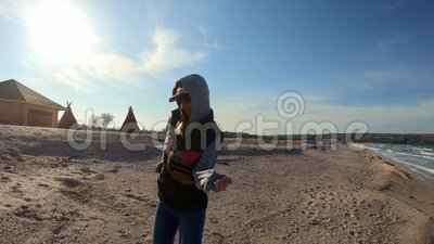 Baile de la muchacha en la playa Disfrute en el viaje al mar Playa fría del invierno metrajes