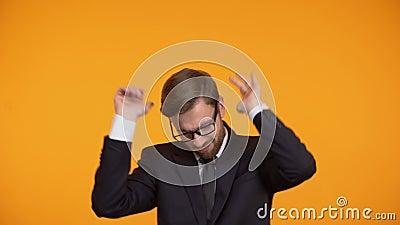 Baile seguro de sí mismo del hombre de negocios, celebrando la promoción, crecimiento de la carrera metrajes