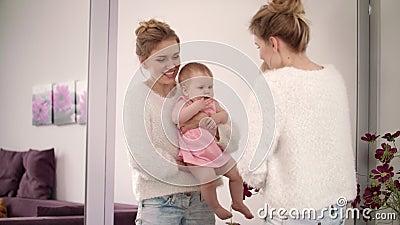 Baile sonriente de la mujer con el bebé en las manos Disfrute hermoso de la familia metrajes