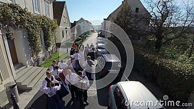 Baile tradicional en un desfile de la boda almacen de video