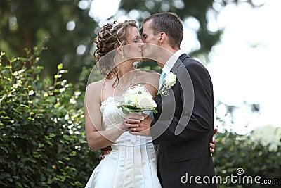 Baiser tendre de mariage