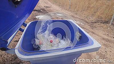 Bak gescheiden inzameling van plastic flessen stock footage