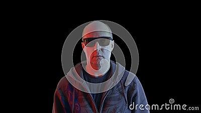 Bald-Mann in schwarzer Sonnenbrille mit Finger auf der Vorderkamera Schließt den Mann, der mit dem Finger auf schwarz schwimmt stock video footage