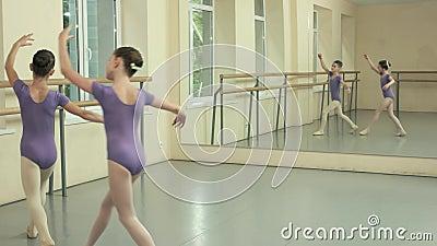 Baletnicze dziewczyny ćwiczy tana element przy studiiem zdjęcie wideo