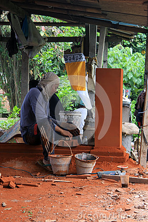 Free Balinese Worker Constructing Decorative Element In Bali Royalty Free Stock Images - 78752049