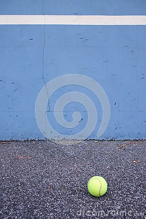 Free Ball Beside Tennis Training Wall. Empty Training Tennis Court Stock Images - 66182454