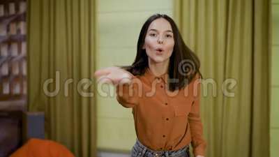 Balla una ragazza per non avere un buon collega nel lavoro di coworking