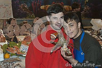 Ballaro, Palerme vendant des poissons Photographie éditorial