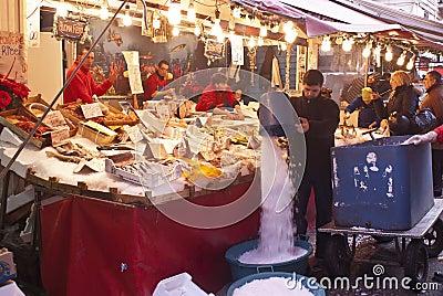 Ballaro, Palermo, das Fische verkauft Redaktionelles Bild