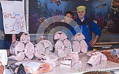 Ballaro, Palermo que vende peces espadas Imagen editorial