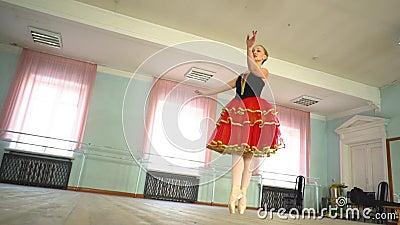 Ballerina in een balletzaal stock footage
