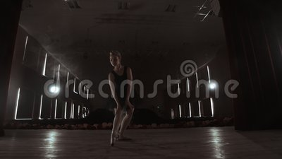 Ballerina Prima στα pointes που εκπαιδεύουν στη σκηνή με τα επίκεντρα αργά το βράδυ πριν από τη σημαντική απόδοση στην όπερα και φιλμ μικρού μήκους