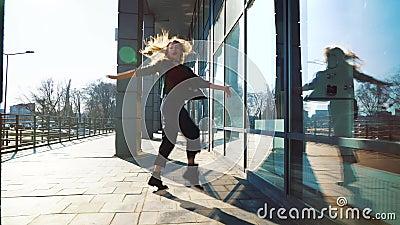 Ballerino contemporaneo della donna bionda che esegue il suo ballo in via soleggiata della città stock footage