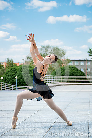 Free Ballet Dancer Dancing Outdoor Royalty Free Stock Photography - 25148417