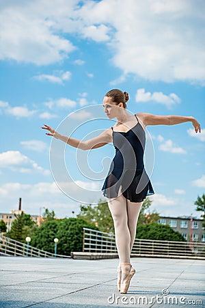 Free Ballet Dancer Dancing Outdoor Royalty Free Stock Images - 25148419