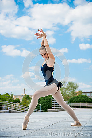 Free Ballet Dancer Dancing Outdoor Royalty Free Stock Photos - 32737058