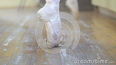 ballgames Κινηματογράφηση σε πρώτο πλάνο το των ποδιών κοριτσιών ` s στα άσπρα παπούτσια μπαλέτου κατά τη διάρκεια της κατάρτισης απόθεμα βίντεο