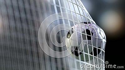 Ballon de football dans le filet de but avec au ralenti Boule au ralenti du football dans le filet