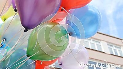 Ballons colorés avec le fond heureux de partie de célébration banque de vidéos