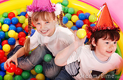 Balowy dzieci grupy parka boisko