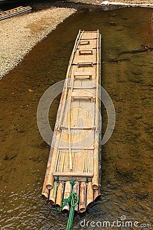 Balsa de bambú hecha a mano
