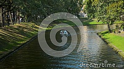 Balsa pequena do canal de rio que transporta turistas no centro da cidade de Riga em um fim de semana ensolarado do ver?o video estoque