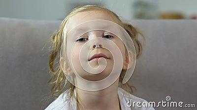 Bambina adorabile con le lentiggini che guardano in camera, bambino prescolare, infanzia stock footage