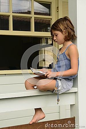 Bambina al di sotto di luce del giorno a casa leggente un for Case del seminterrato di luce del giorno