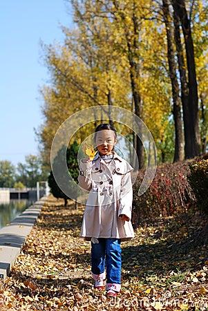 Bambina asiatica in autunno