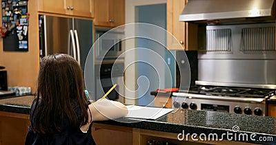 Bambina che attinge carta a casa 4k video d archivio