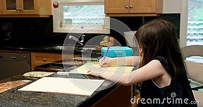 Bambina che attinge carta a casa 4k archivi video
