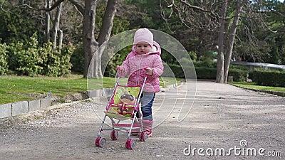 Bambina che cammina nella sosta video d archivio