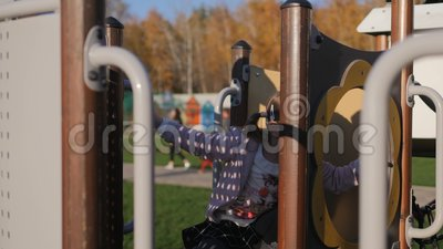 Bambina che gioca al campo da giuoco in parco, autunno stock footage