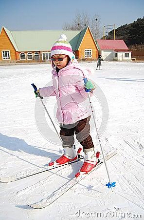 Bambina che impara corsa con gli sci