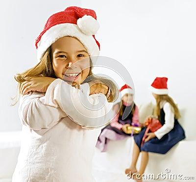 Bambina con il cappello di natale